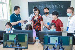 中教全媒体报道:走到田间地头去—叶县第二实验学校和常村实验学校分别召开沙龙讲座